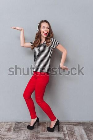 Stock fotó: Boldog · fiatal · csinos · nő · hallgat · zene · fejhallgató