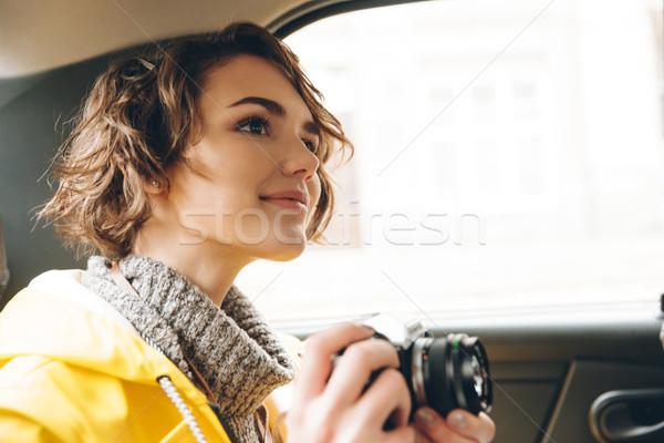 Csinos fiatal hölgy fotós esőkabát kép Stock fotó © deandrobot
