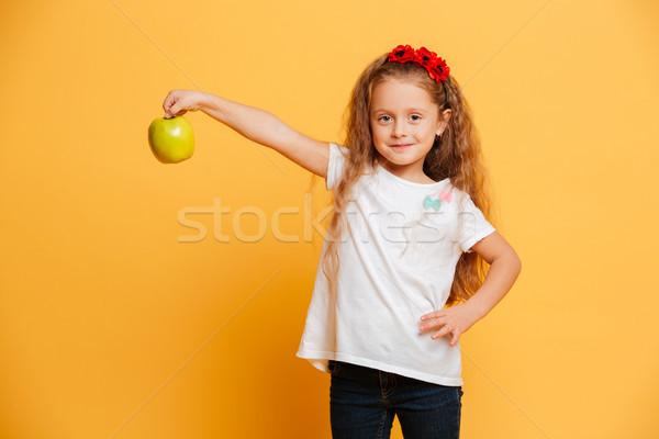 Stok fotoğraf: Mutlu · küçük · kız · çocuk · elma · bakıyor