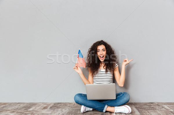 портрет удовлетворенный женщины красивой улыбка сидят Сток-фото © deandrobot
