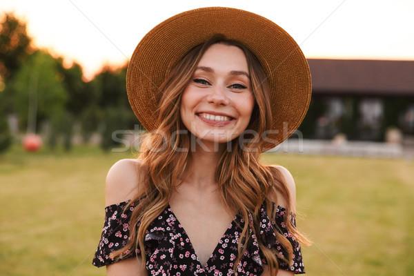 Foto mooie jonge vrouw strohoed glimlachend Stockfoto © deandrobot