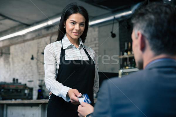 Homme payer carte de crédit restaurant heureux beauté Photo stock © deandrobot