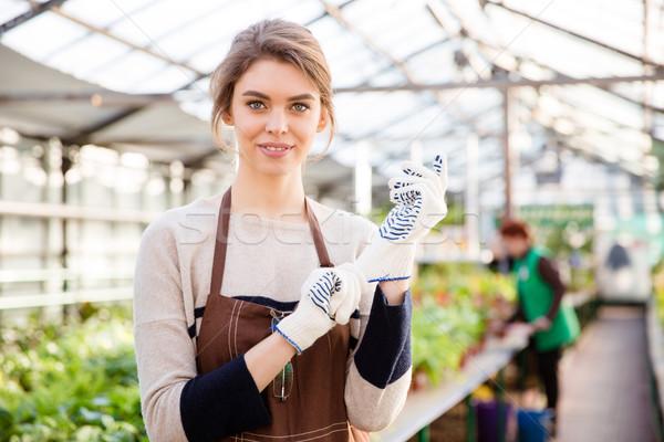 Gelukkig jonge vrouw tuinman tuin handschoenen schort Stockfoto © deandrobot