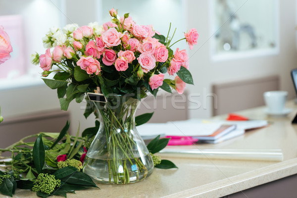 Virágcsokor rózsaszín fehér rózsák váza asztal Stock fotó © deandrobot