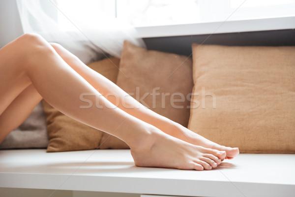 Foto mujer piernas ventana dormitorio casa Foto stock © deandrobot