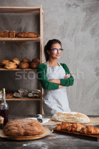 Koncentrált fiatal hölgy pék áll keresztbe tett kar Stock fotó © deandrobot