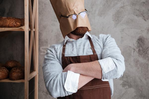 Człowiek piekarz stałego torby papierowe głowie zdjęcie Zdjęcia stock © deandrobot