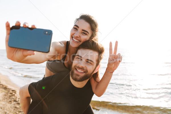 Boldog fiatalember hordoz barátnő hát elvesz Stock fotó © deandrobot