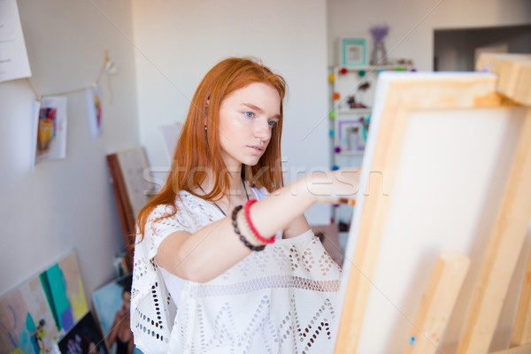 Mooie peinzend jonge vrouw schilder werken kunst Stockfoto © deandrobot