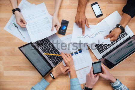 Stok fotoğraf: Grup · insanlar · çalışma · dizüstü · bilgisayarlar · tablet · akıllı · telefonlar · birlikte