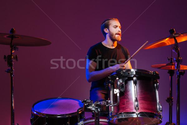 Homem bonito tambor sessão jogar escuro Foto stock © deandrobot