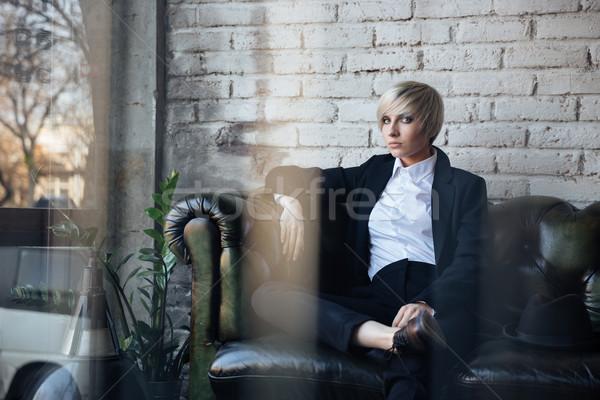 Bella ragazza guardando seriamente cafe Foto d'archivio © deandrobot