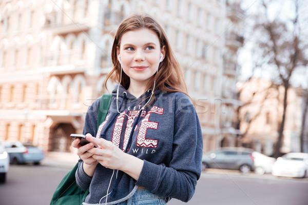 Stockfoto: Gelukkig · vrouw · luisteren · naar · muziek · mobiele · telefoon · stad · cute