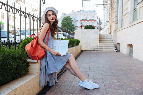 Сток-фото: женщину · сидят · скамейке · книгах · красный · рюкзак