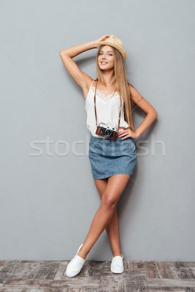 Portret meisje hoed camera poseren Stockfoto © deandrobot