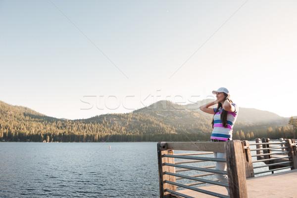 Aantrekkelijke vrouw permanente houten pier meer aantrekkelijk Stockfoto © deandrobot