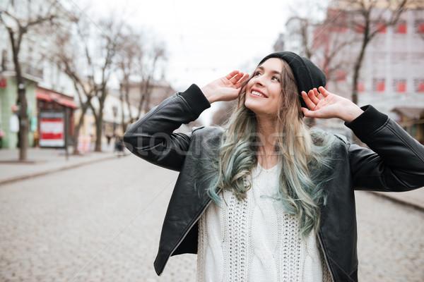Stockfoto: Vrolijk · jonge · vrouw · lopen · straat · naar · foto