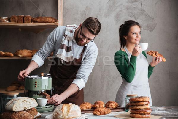 Liefhebbend paar eten croissants drinken koffie Stockfoto © deandrobot