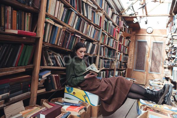Coup jeune femme lecture livre jeunes jolie femme Photo stock © deandrobot