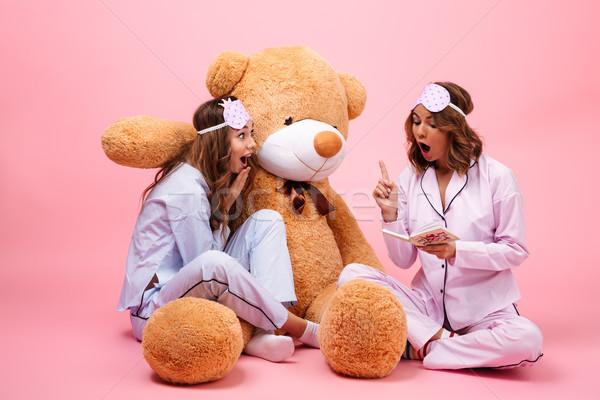 два улыбаясь молодые девочек пижама сидят Сток-фото © deandrobot