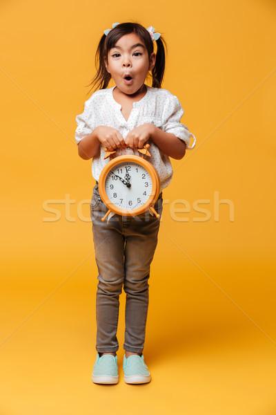 Schockiert kleines Mädchen Kind halten Uhr Alarm Stock foto © deandrobot