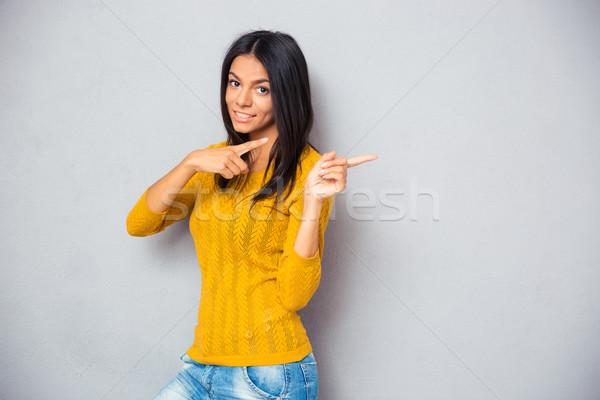 Foto stock: Feliz · mulher · dedo · longe · cinza