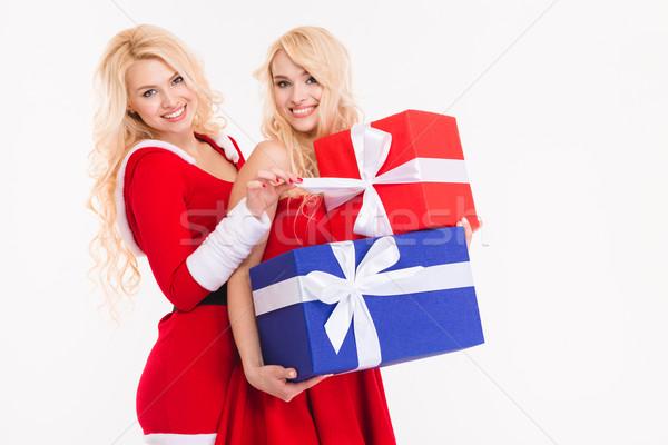 Siostry bliźnięta stwarzające przedstawia kostiumy Święty mikołaj Zdjęcia stock © deandrobot