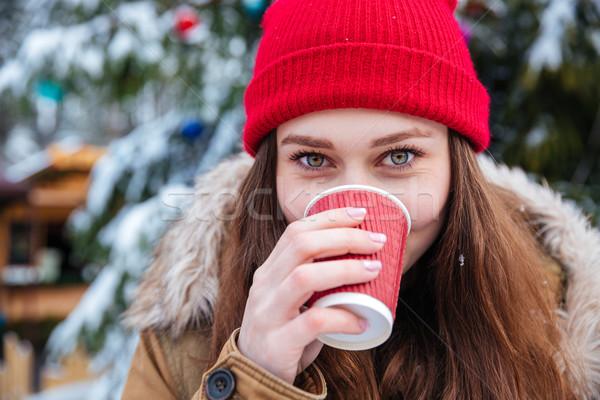 Cute mujer potable caliente café aire libre Foto stock © deandrobot