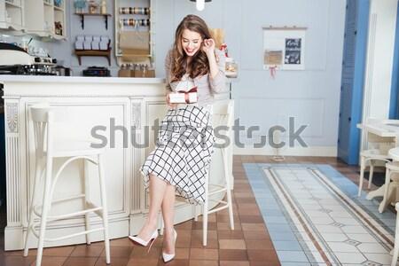 Atraente mulher jovem lábios vermelhos sessão café retrato Foto stock © deandrobot