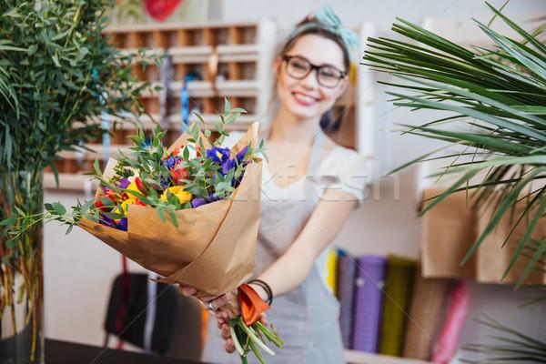 Fleuriste bouquet coloré fleurs heureux charmant Photo stock © deandrobot