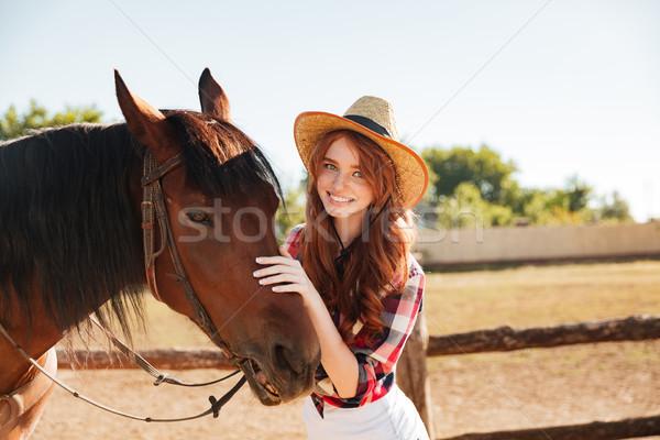 Stockfoto: Glimlachend · mooie · jonge · vrouw · paard · boerderij · portret