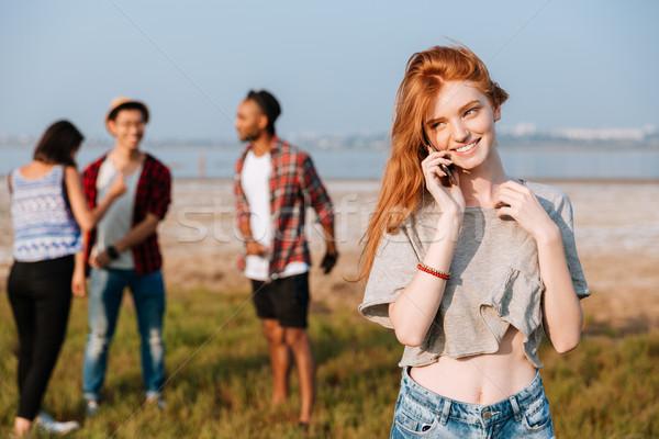 женщину говорить сотового телефона Постоянный друзей Сток-фото © deandrobot