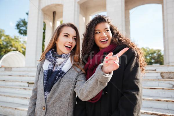 Photo stock: Deux · belle · jeunes · femmes · Rechercher · pointant · photo