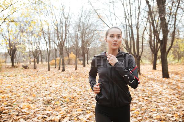 Jonge dame runner warm kleding Stockfoto © deandrobot