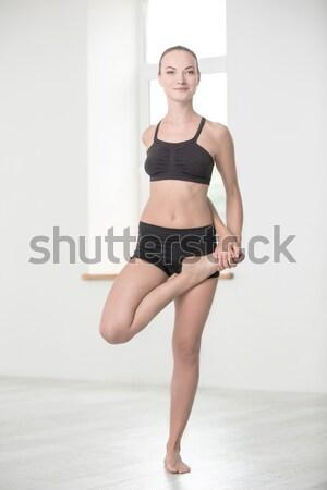 Ritratto giovani concentrato fitness donna esecuzione Foto d'archivio © deandrobot