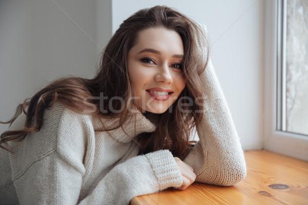 Modello maglione finestra guardando fotocamera sorridere Foto d'archivio © deandrobot