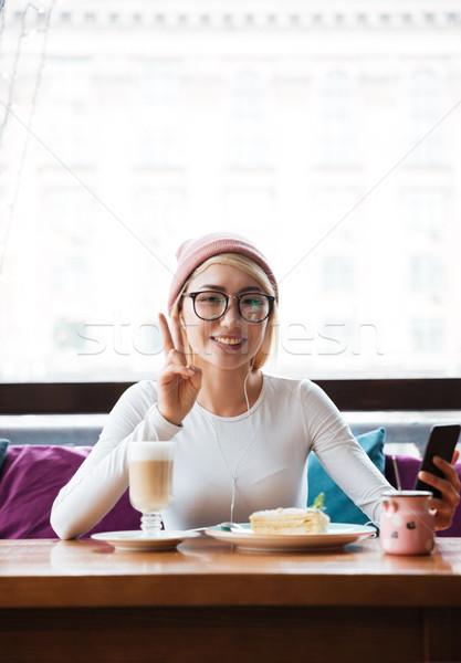 счастливым женщину сотового телефона кафе Сток-фото © deandrobot