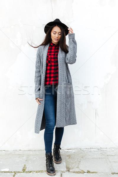 Erschossen Frau stehen Straße Blick nach unten Stock foto © deandrobot