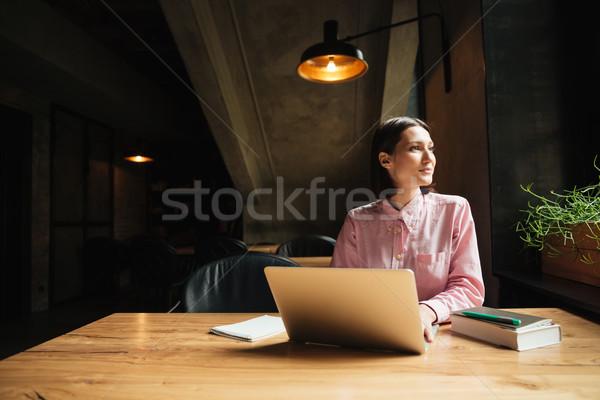 Beztroski zamyślony kobieta posiedzenia tabeli Kafejka Zdjęcia stock © deandrobot