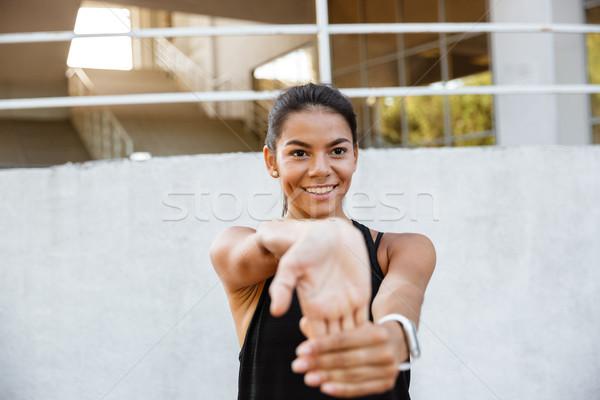 Stock fotó: Portré · mosolyog · fitnessz · lány · nyújtás · kezek