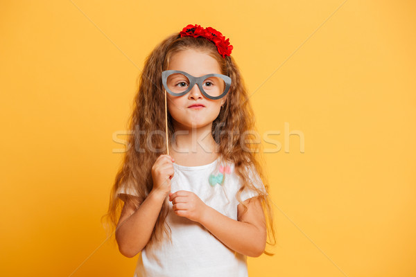 Funny kleines Mädchen Kind halten Fake Gläser Stock foto © deandrobot