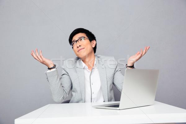 Imprenditore seduta tavola giovani laptop grigio Foto d'archivio © deandrobot