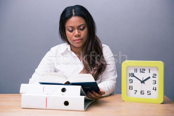 Foto d'archivio: Imprenditrice · seduta · tavola · lettura · libro · african