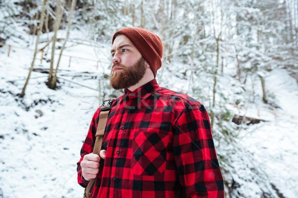 Grave barbado hombre mochila invierno montana Foto stock © deandrobot