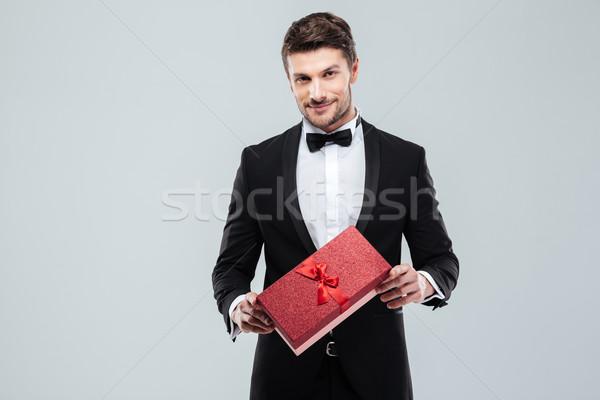 Man smoking permanente geschenkdoos jonge man Stockfoto © deandrobot