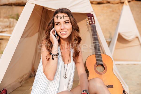 Hippie menina falante telefone móvel sessão praia Foto stock © deandrobot