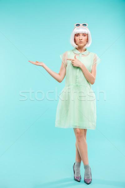 Młoda kobieta stałego kopia przestrzeń dłoni Zdjęcia stock © deandrobot