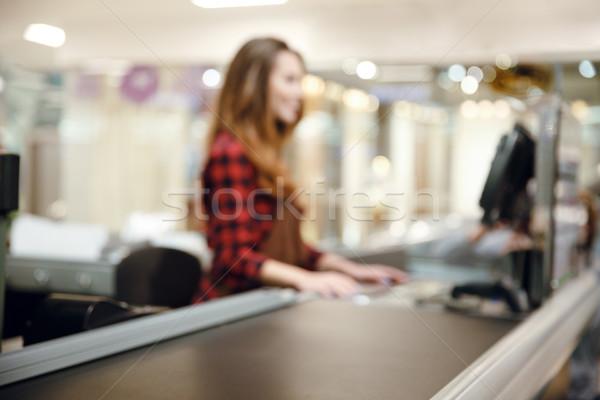 Kasiyer bayan Çalışma alanı süpermarket alışveriş odak Stok fotoğraf © deandrobot