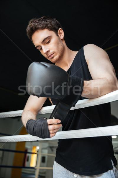 Boxeador guantes jóvenes pie Foto stock © deandrobot