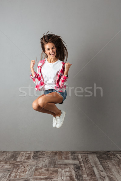 Portret mooie springen meisje toevallig dragen Stockfoto © deandrobot